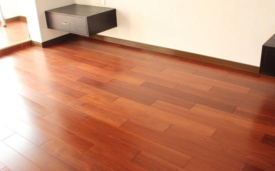 幼儿园的大厅到底是铺地板还是贴瓷砖好?